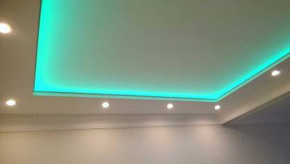 Фигурный потолок с подсветкой за натяжным