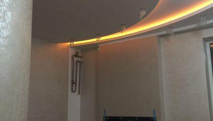 Двухуровневый потолок полукруглой формы с подсветкой