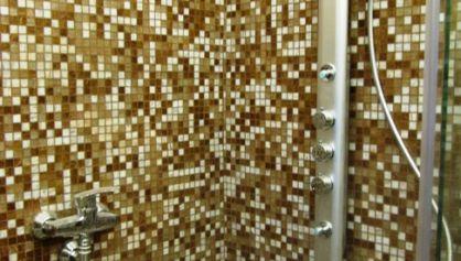 Отделка стен душа мозайкой из керамогранита