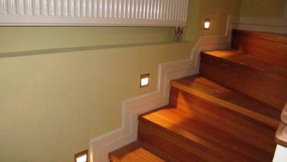 Встроенные светильники для освещения деревянных лестничных ступеней