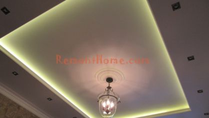 Прямоугольный потолок в квартире с частично включеным светом