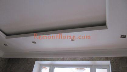 Прямоугольный потолок в квартире с выключеным светом