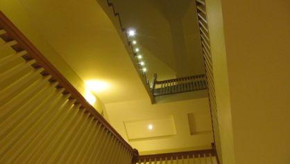 Освещение лестничных пролётов с помощью настенных бра