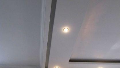 Потолок с карнизом для шторы